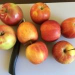 Äpfel auf Schneidebrett
