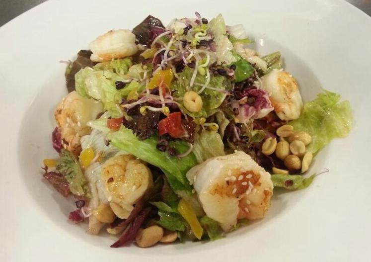 Gemischter Salat mit asiatischen Dressing, Erdnüssen und Garnelen