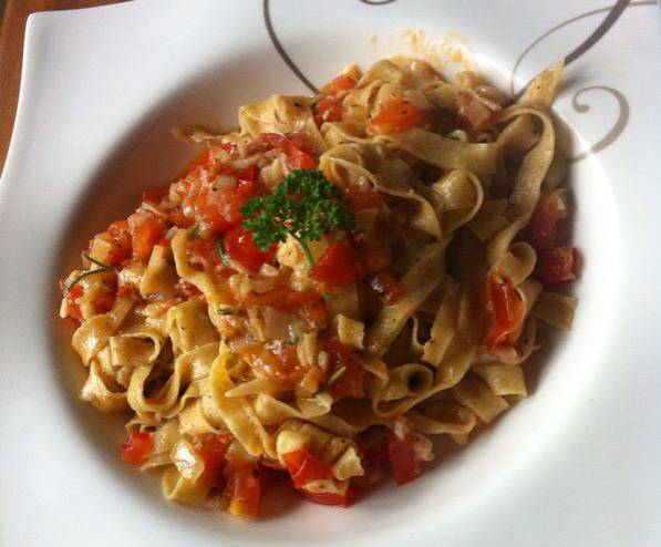 Bandnudeln mit Tomaten-Knoblauch-Sauce