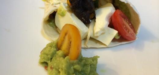 Tortilla mit Guacamole, Tofu und Schafskäse