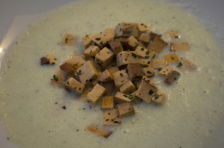 kalte Gurkensuppe mit gebratenen Tofu