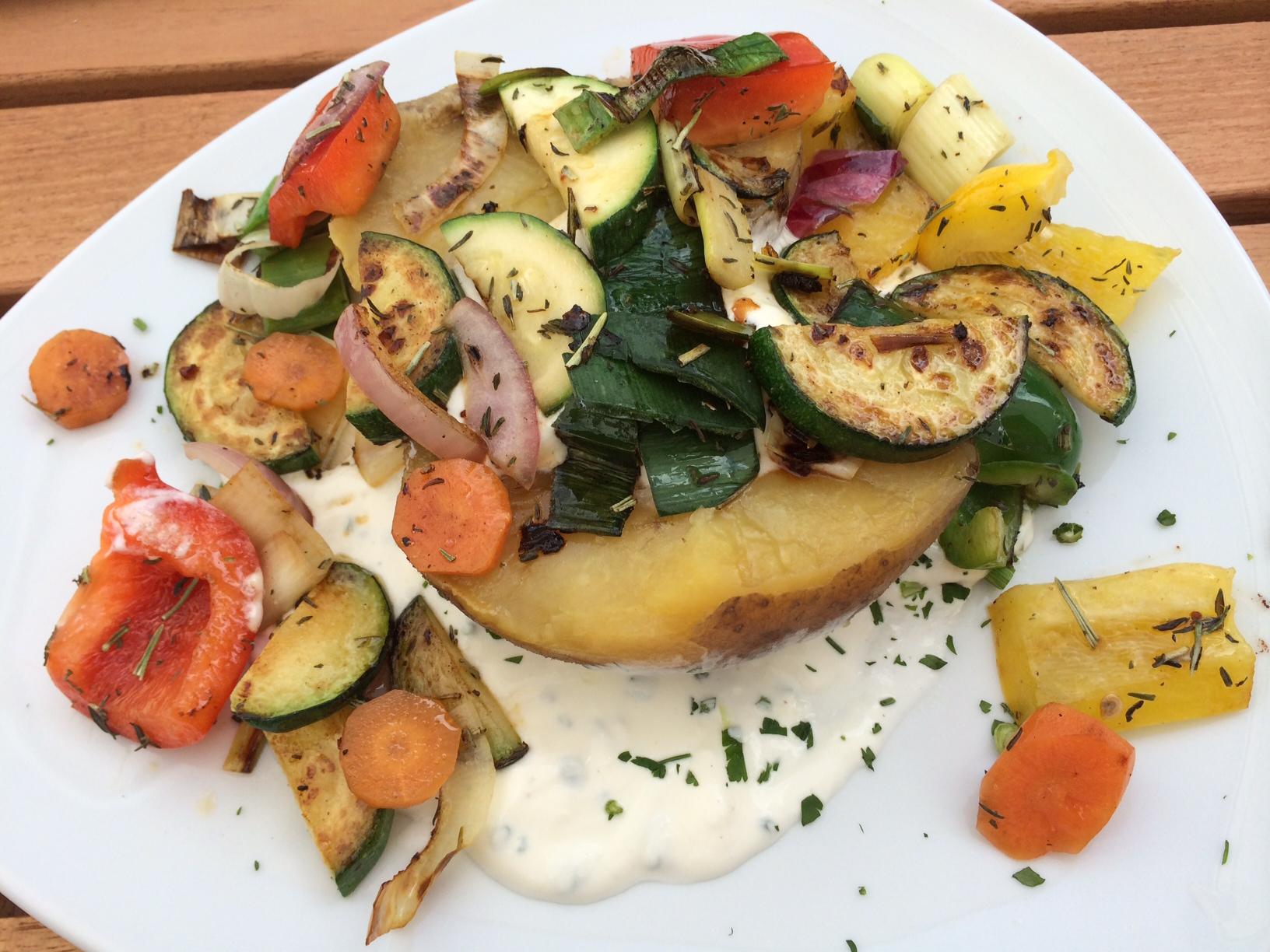 Ofenkartoffel mit Schnittlauchsauce und Gemüse