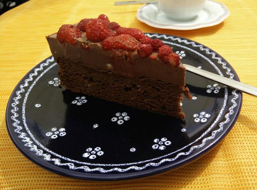 Mousse-au-Chocolat-Torte mit Erdbeeren