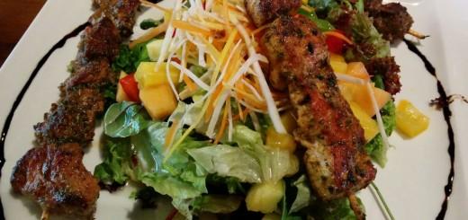 Dreierlei Spießchen mit fruchtigem Salat
