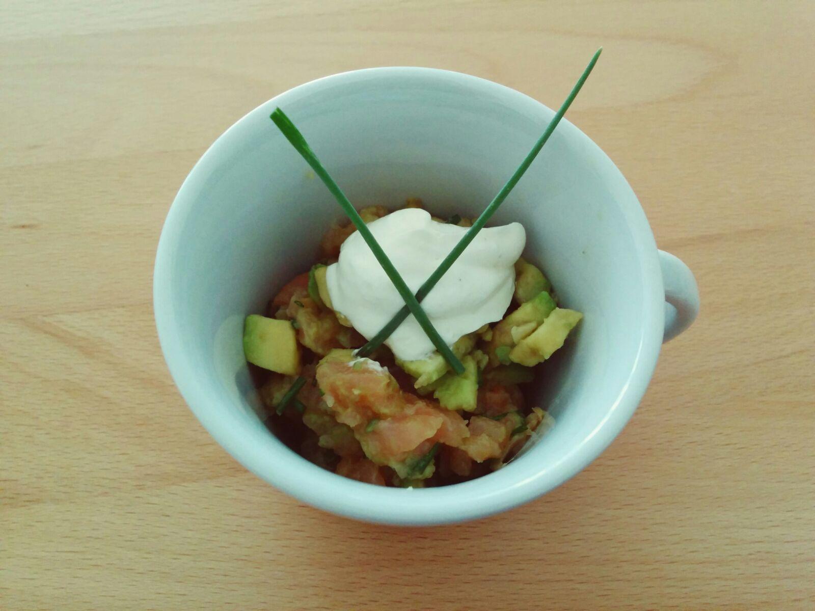 Räucherlachs-Avocado-Tartar mit Limettencreme