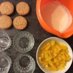 Joghurt-Topfen-Creme mit Pfirsich und Keksen