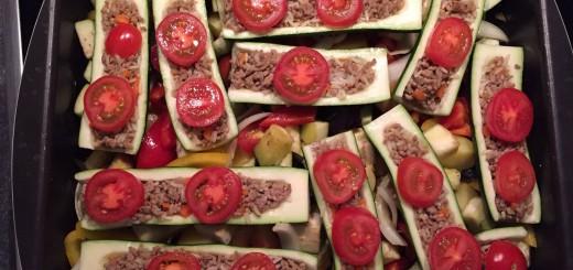 Gefüllte Zucchini mit Ofengemüse