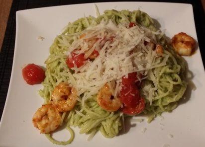 Spaghetti mit Avocado-Pesto und Garnelen