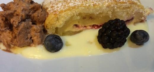 Früchtestrudel mit Vanillesauce