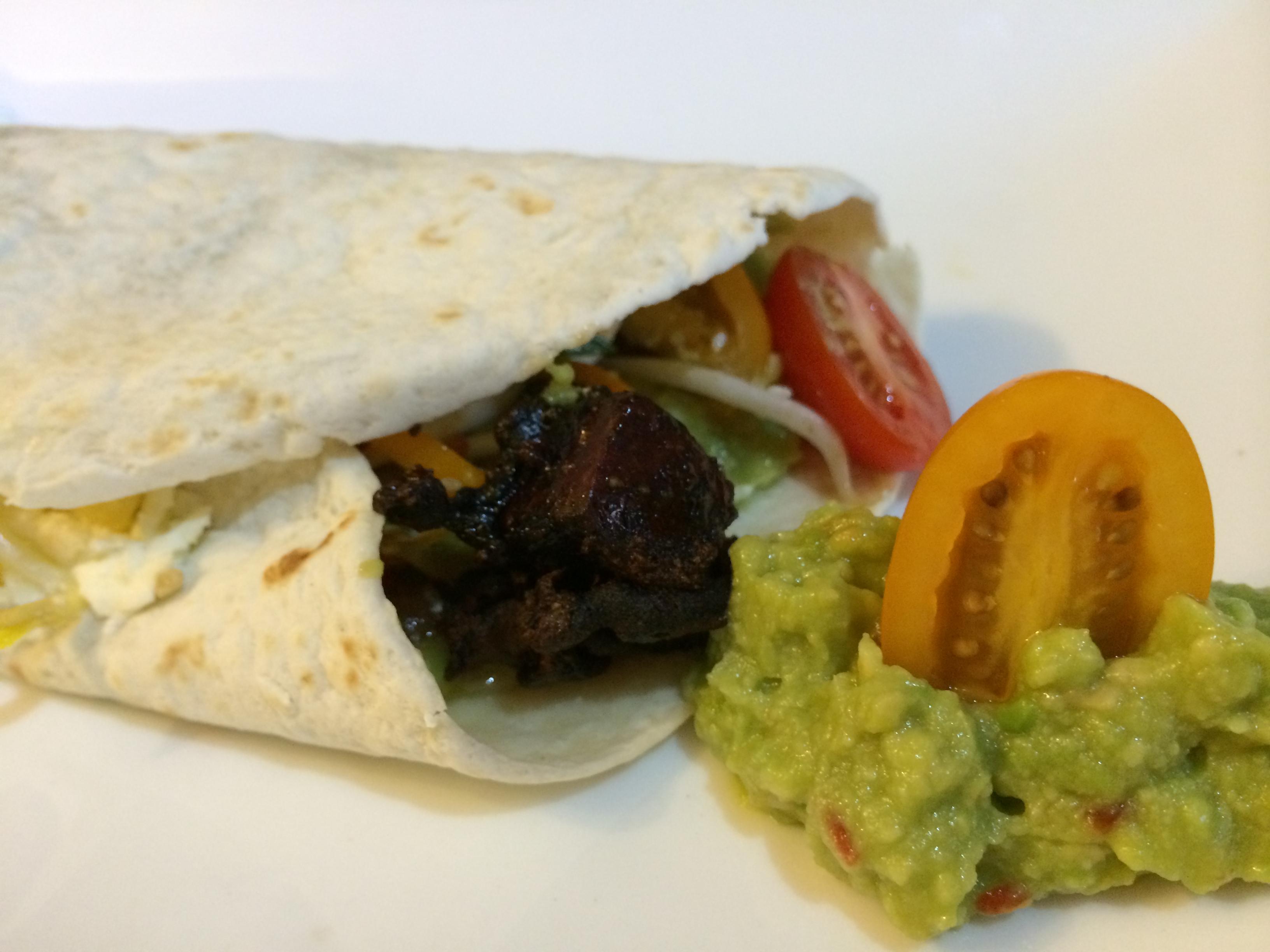 Tortilla mit Guacamole und Tofuwürfel
