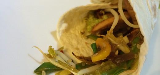 Tortilla mit Guacamole und Hühnerstreifen