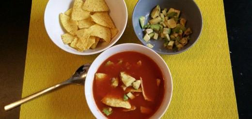 Tomatensupper mit Nachos und Avocado