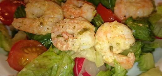 Grüner Salat mit Garnelen
