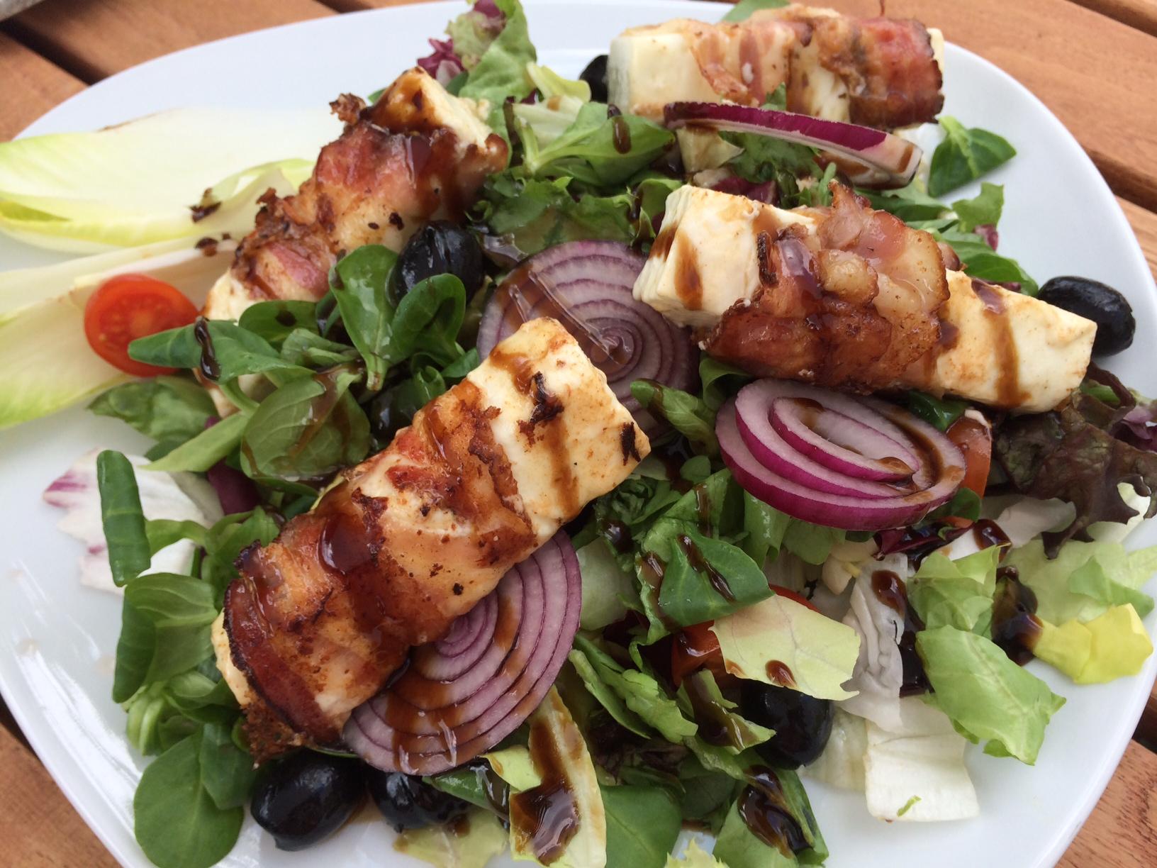 Salat mit Schafkäse im Speckmantel
