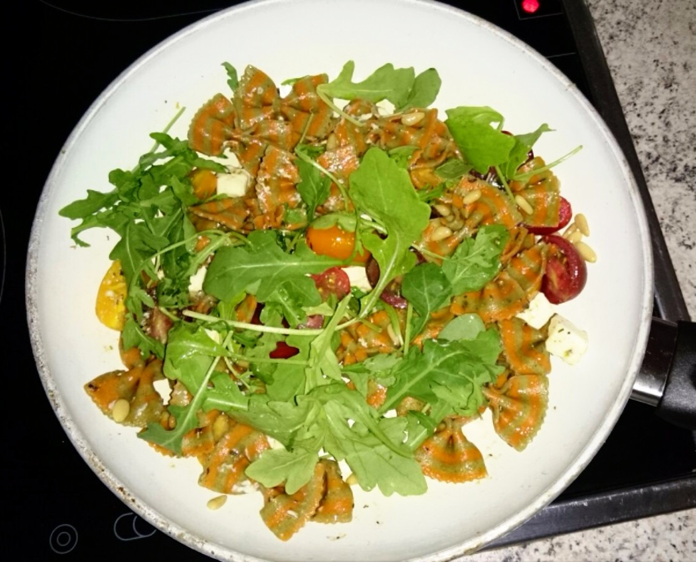 Nudeln mit Pinienkerne, Feta, Tomaten, Rucola