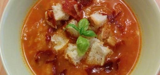 Tomatensuppe mit Brot und Prosciutto