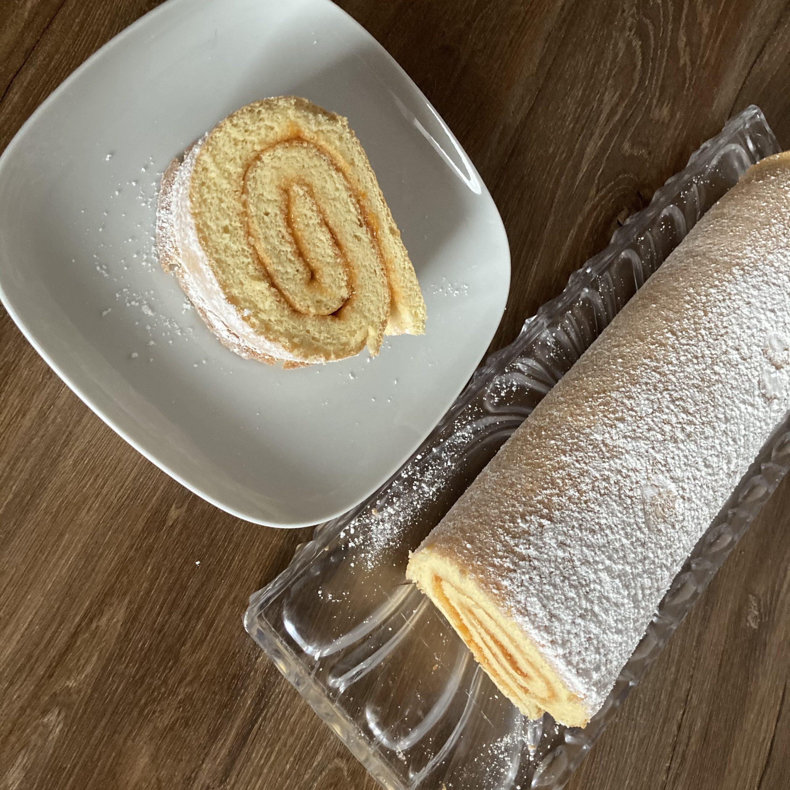 Biskuitroulade mit Marillenmarmelade