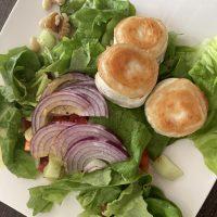 Gebackener Ziegenkäse auf Salat